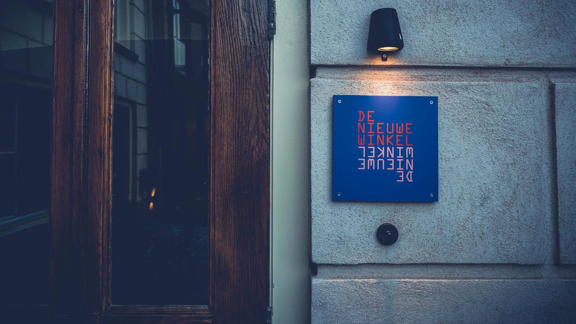 De Nieuwe Winkel - Logo bij voordeur